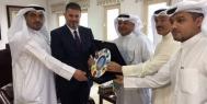 وزارة الاعلام الكويتية تكرم ابو الهيل بدرعها وتبحث توقيع مذكرة تفاهم شاملة